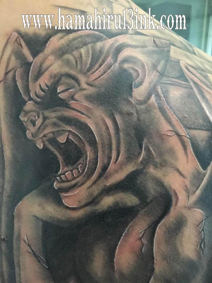 Tatuaje gargola en la espalda Hamahiru 13 Ink Tattoo & Piercing