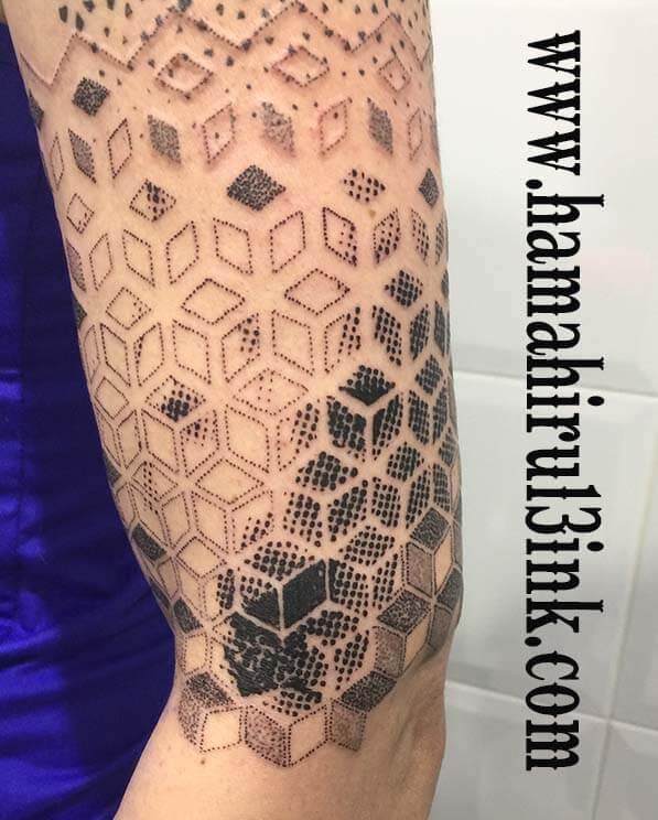 Tatuaje geometrico Hamahiru 13 Ink Tattoo & Piercing