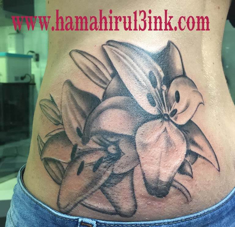 Tatuaje lirios Hamahiru 13 Ink Tattoo & Piercing