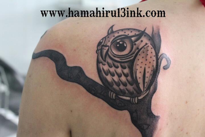 Tatuaje búho blanco y negro Hamahiru 13 Ink Tattoo & Piercing