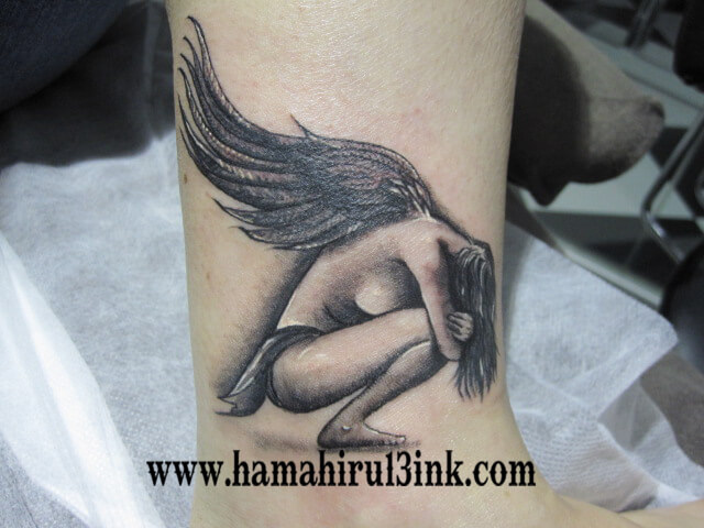 Tatuaje angel en la pierna Hamahiru 13 Ink Tattoo & Piercing