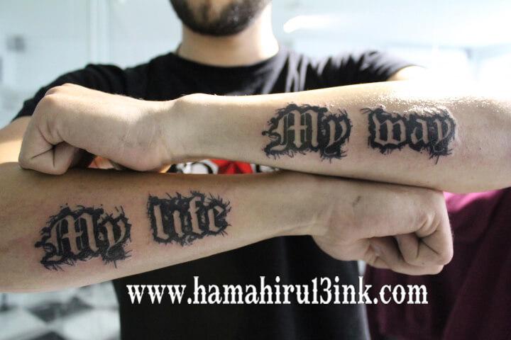 Tatuaje letras en los brazos Hamahiru 13 Ink Tattoo & Piercing