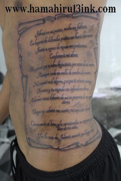 Tatuaje pergamino en el costado Hamahiru 13 Ink Tattoo & Piercing
