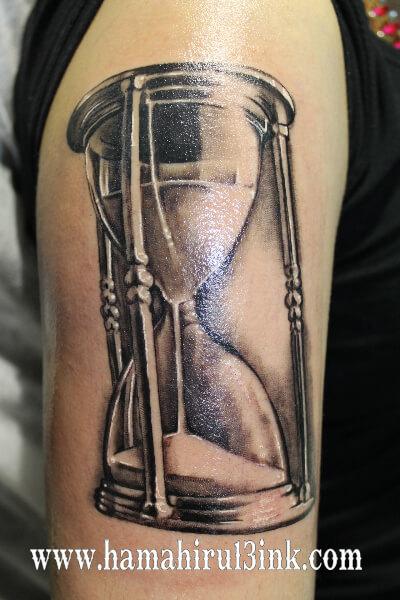 Tatuaje reloj de arena Hamahiru 13 Ink Tattoo & Piercing