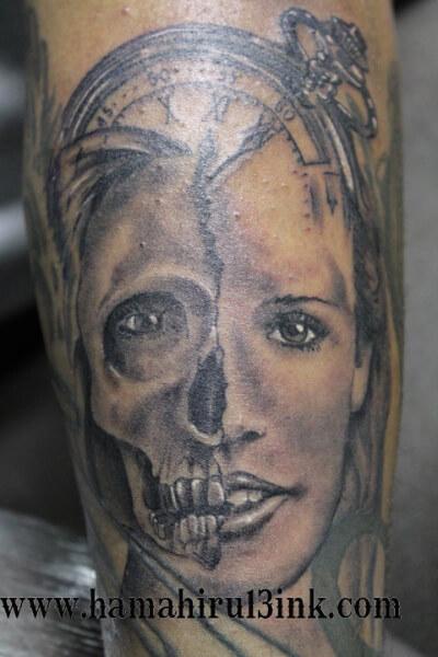 Tatuaje retrato calavera en el brazo Hamahiru 13 Ink Tattoo & Piercing