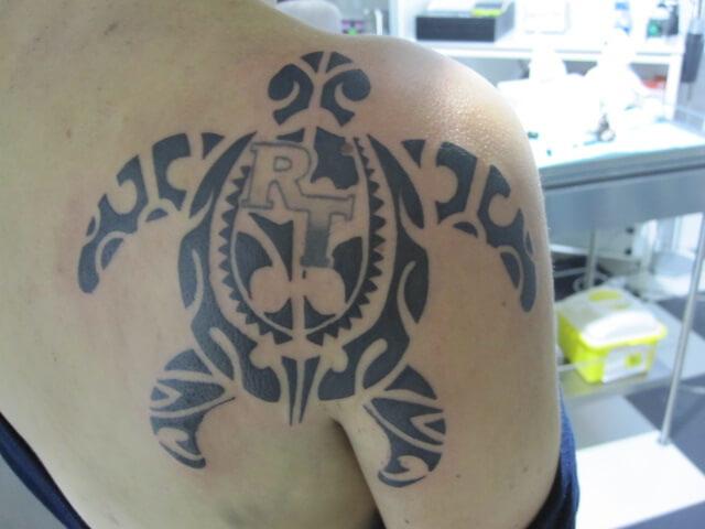 tatuaje Maori hombro Hamahiru 13 Ink Tattoo & Piercing