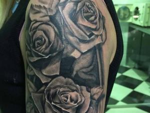 Tatuaje Rosas Hamahiru 13 Ink Tattoo & Piercing