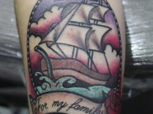 Tatuaje Barco Old School Hamahiru 13 Ink Tattoo & Piercing