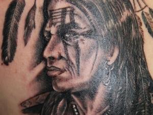 Tatuaje Indio en la espalda Hamahiru 13 Ink Tattoo & Piercing