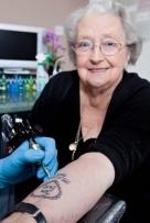Winifred Turner. Considerada la mujer británica que se ha tatuado con más edad.