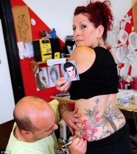 Kim Mordue mientras su marido David le tatúa con las cenizas del hijo que tenían en común.