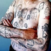 Miljenko Parserisas luciendo parte de sus 83 tatuajes dedicados a Julia Roberts.