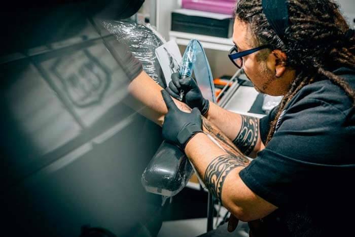 Isi Gartzia, tatuando en Hamahiru 13 ink